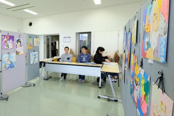 ポップなものから写実的なものまで、25名の部員が描いたカラフルなイラスト50点を展示するのはA.I.C