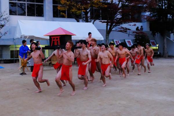 日没後に「赤ふん隊」が出現。威勢よくステージ前を駆け回りました