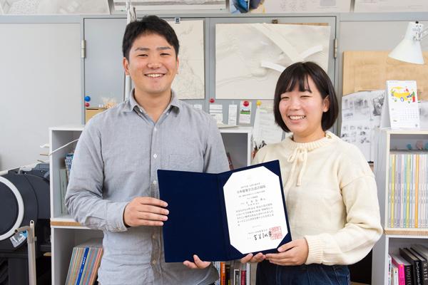 タジマ奨励賞の賞状を手にする玉井君(写真左)と川岡さん(写真右)