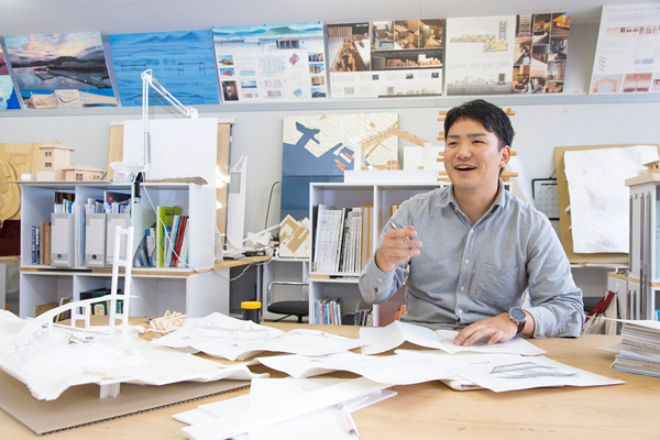 玉井君は2年生のときから建築工学科のメンバーで構成する活動グループ「建築屋たち」に参加。建築技術を活かしながら、さまざま地域課題に取り組んでいます。
