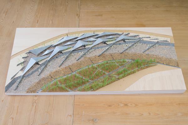 川の流れを滞留させるように、風車上に石の堤を配置。これは『信玄堤』と呼ばれるものです。