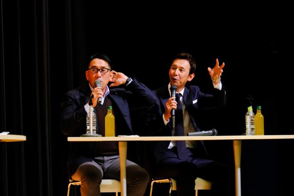 監督時代、観客席からおびただしい数の輪ゴムが頭に飛んできたという思い出話を紹介し、会場の笑いを誘う野村さんと山内さん