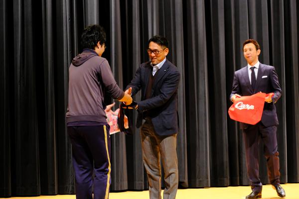 当選者には、野村さん、山内さんから直接景品が手渡されました