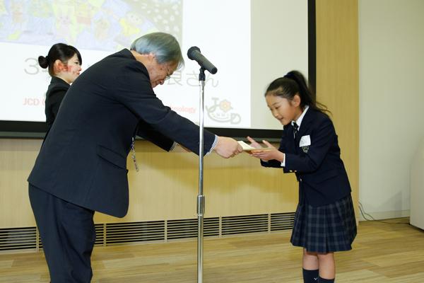 最優秀賞の2名には表彰状とトロフィー、メダルが贈られました。