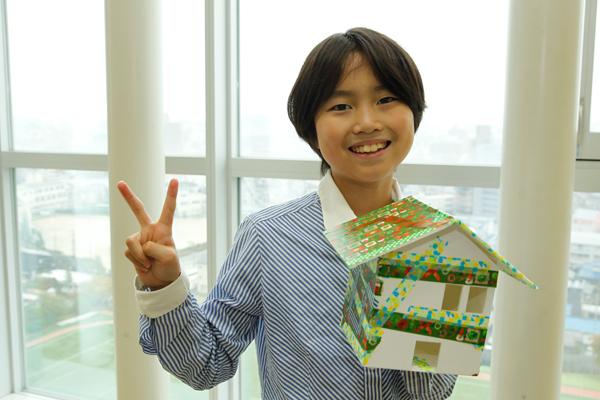 鮮やかに彩られた家が完成。「大好きな緑色を使って、家族が暮らす家をつくりました」