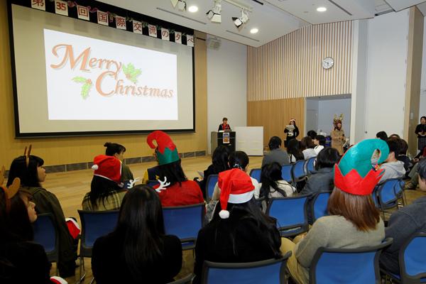 「海外のことを知りたい」「英語で話したい」「クリスマスが好き」三宅の森 Nexus21 10階のスカイテリアに、さまざまな思いを持った学生が集まりました。