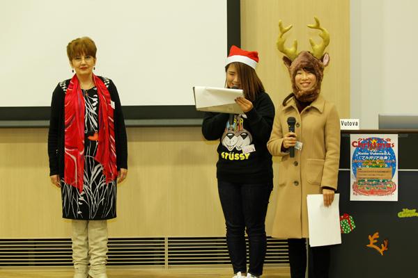 司会は国際交流ボランティアの学生が担当し、英語と日本語の2か国語で行いました。