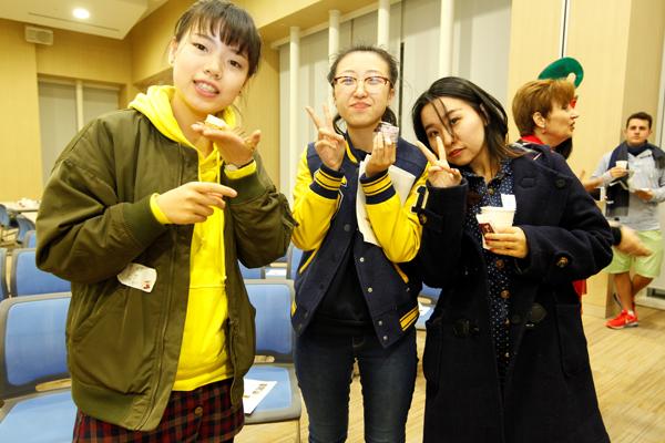 中国からの留学生の汪蕊さん(左)、劉思瑤さん(中)、劉芸さん(右)。「パーティーを楽しんでます!」