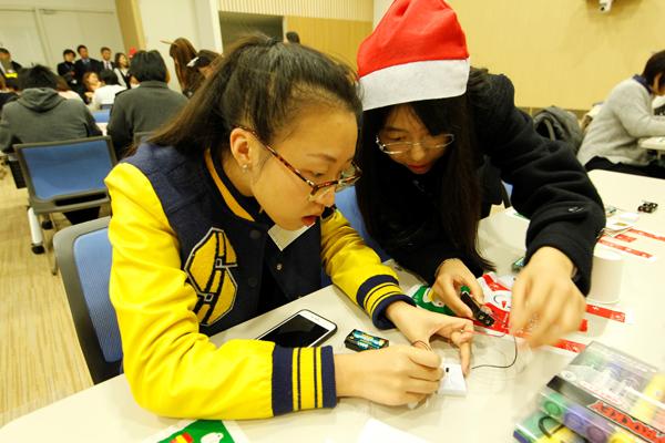 電気のことはお任せあれ。電子情報工学科と電気システム工学科の学生たちが中心になって、回路作りをサポート。