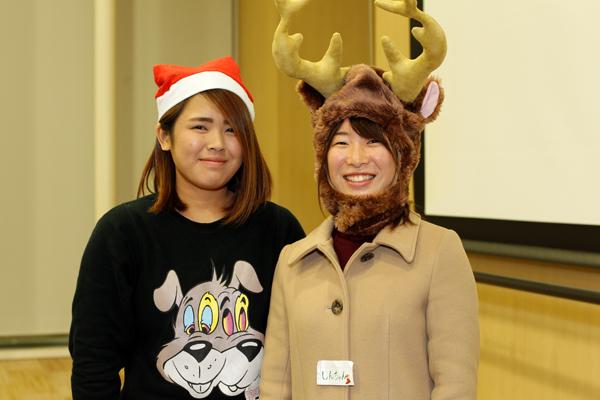 ゲスト講演の司会を務めたナカノウチさん(左)と新里さん(右)。「学んできた英語を話すいい機会になりました。英会話を楽しむ機会をもっと持っていきたいですね」