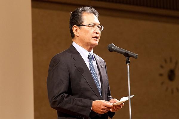シンポジウムは本学・鶴学長のあいさつでスタートしました。