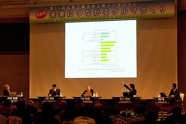 WELL-TO-WHEELの考え方でCO2排出量を比較したグラフ。最も排出量が少ないのはEV(電気自動車)ですが、マツダは次世代のエンジンでエネルギー効率をさらに向上させ、EV同等の排出量にすることを目指していると目標を明らかにしました。