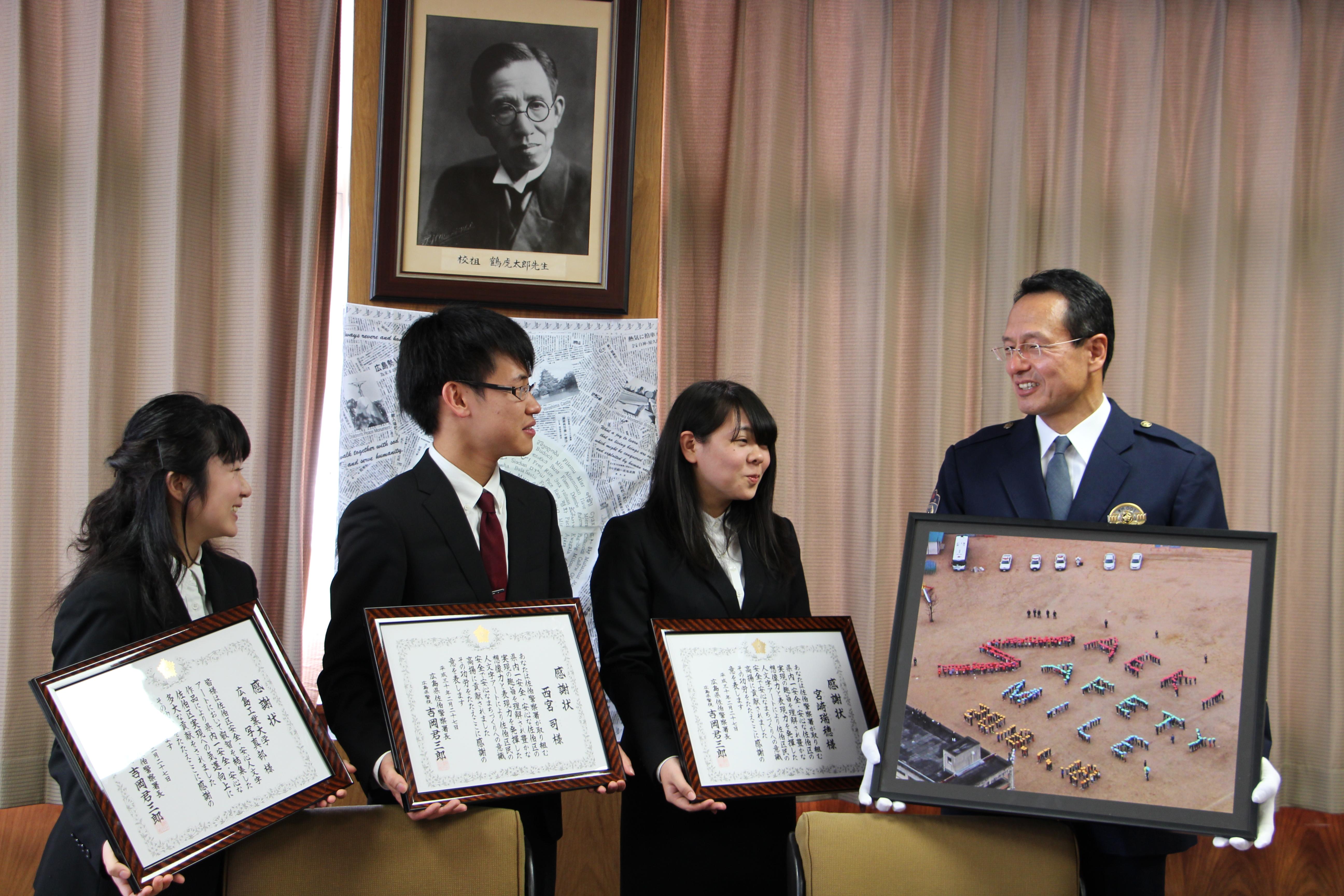 左から加藤綾花さん、西宮司さん(電子情報工学科3年)、宮崎瑞穂さん(地球環境学科2年)、吉岡君三郎佐伯警察署長