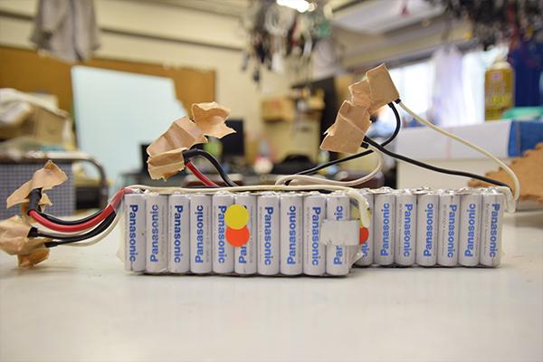 動力源となるパナソニック製の充電式単三電池40本。
