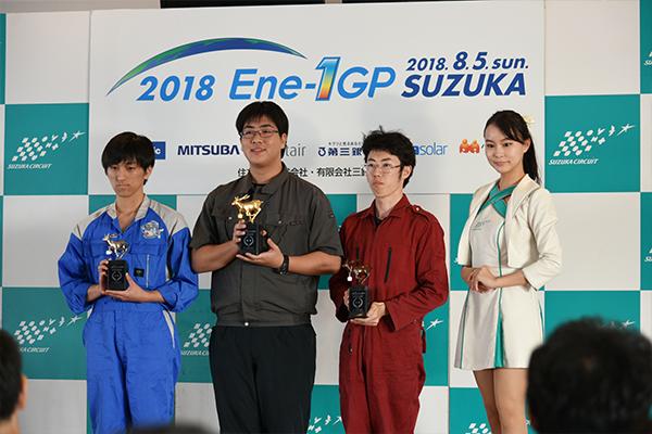 レース後、表彰される立花さん(中央)