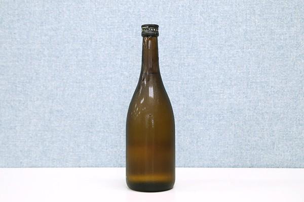 出来たばかりの「閧の鶴」。中国醸造株式会社のご協力により130本製造されました。