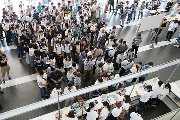 まだ受付開始前ですが、既に多くの高校生や保護者の方々が列を作って、スタート時間を今や遅しと待っています。