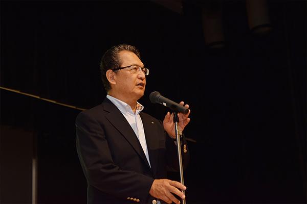 開会に先立ち「ものをつくる楽しさ、できた時の喜びを体験してください」と鶴学長が挨拶。