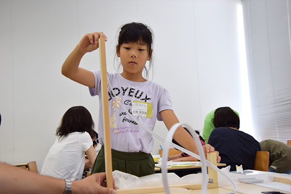 「どうしたら上手く転がるのかな?」と小泉穂菜美ちゃん(5年生)