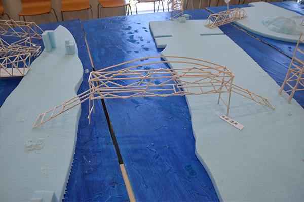 瀬戸内海をイメージしたジオラマに橋をかけたら完成。独創性あふれる橋がたくさん並んでいました。