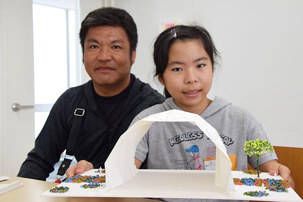 「強くて美しい紙のドームをつくろう!」に親子で参加した池田希歩ちゃん(6年生)。「折ることで強度が増すことを学びました。ドームの飾りつけが楽しかったです」