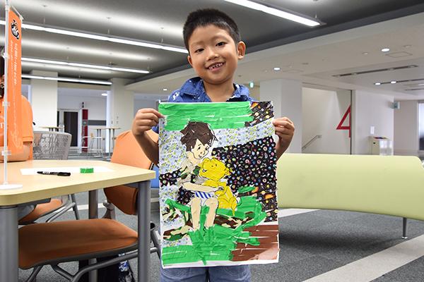 「マスキングテープアートに挑戦しよう!」に参加した西村朔太郎くん(2年生)。「いろんな種類のマスキングテープをちぎって貼り付けるのが面白かったです」