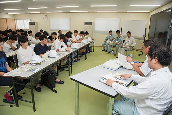 「広島高速5号線が開通すれば、広島駅北口と広島高速1号線・間所ICは、現在の約半分の時間でつながります。商業施設はもちろん、広島市民病院・広島がん高精度放射線治療センターといった高度医療センターへのアクセスも良くなります。供用開始予定は平成32年度末です」。見学にあたり、広島高速道路公社の方々から工事の概要説明を受けました。