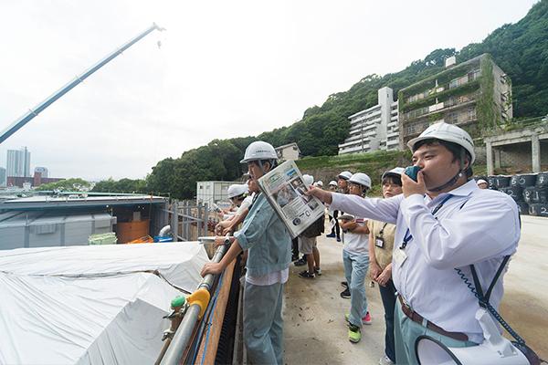「広島でこれほど規模の大きな工事は、なかなかありません。シールド工法を、地上で直に見学できる。その貴重なチャンスを体験したことで、学生さんは様々な刺激を受けられたものと思います。見学で得た刺激や知識を活かし、ぜひ建設業界で活躍してほしいですね。今日お迎えしたみなさんといつか同じ現場で働ける日を楽しみにしています」と期待を語る、広島高速道路公社の主任・奥田さん。
