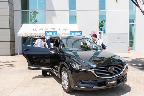 マツダ(株)の協力のもと、最新車種を紹介するコーナーも設けられました。機械・電気・電子・化学・情報など、あらゆる分野の最先端の技術が搭載されている自動車は、研究材料としても最適。また広島工業大学の卒業生も、大勢マツダ(株)に就職しています。