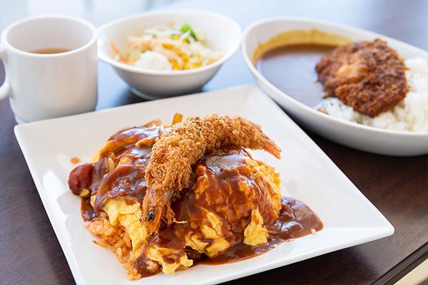 学食ランチ体験では、パスタ・カレー・ロコモコ丼などが無料で振る舞われました。この日の一番人気メニューはオムライスで、早々に売り切れてしまいました。