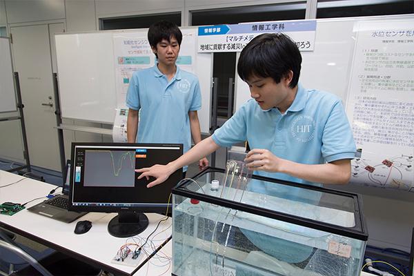ハードウェア面での苦労は、取得情報の精度を高めるため、センサの位置設定から回路の組立まで精密な手作業が必要だったこと。ソフトウェア面では、端末で情報を飛ばすシステム、パソコンで受け取るシステム、クラウドで共有するシステムの連携が大変でした。