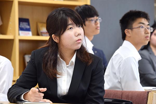 お話の中には他業種の仕事に活かせるような考え方も。学生たちは真剣に耳を傾けます。