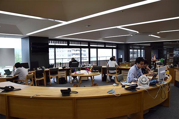 開放的なオフィスは社員の行動がよく見渡せ、社内の一体感を感じます。