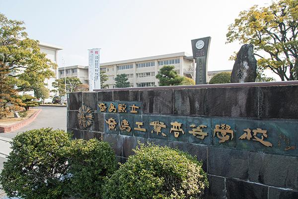 2016年「ひろしま建築学生チャレンジコンペ」の舞台となった、県立広島工業高校。同校の敷地内に建設された野球部・弓道部部室を前に、完成式典が開催されました。
