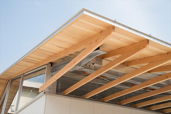 ※写真2屋根と居室の間に配置された木製のルーバー。このルーバーを通して部室内部と外部がつながっているため、常に外部の空気が中に入ってきます。