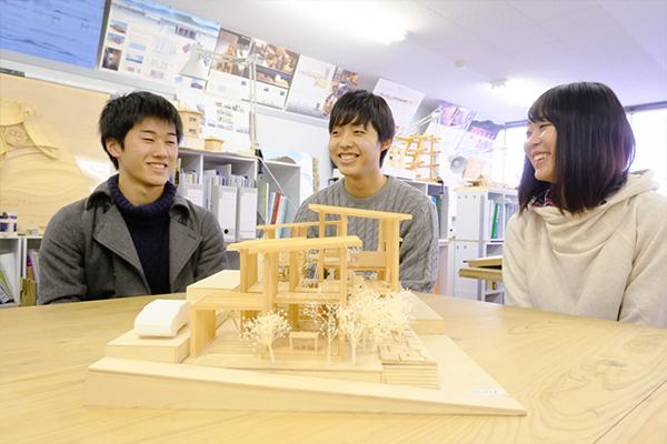 壁をずらしたことで生まれた開放感のある空間に。左から林さん、中村さん、都田さん
