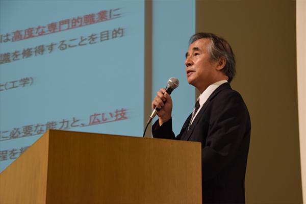 永田教授が、データをもとに大学院への進学率や卒業後の生涯賃金について説明。