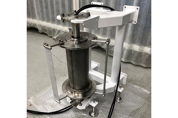 完成した小型潮流発電装置のプロトタイプ。銀色に光る部分が発電機本体。白い部分は本体を支えるフレームです。