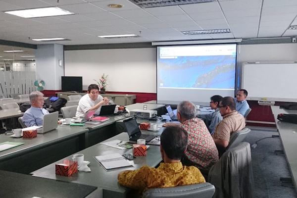 インドネシア政府との協定に基づき、同国の政府研究機関や大学研究者と共同で海流調査が始まっています。やがてはこの海でも、小型潮流発電システムを稼働させたい...石垣先生はそんな意欲を持っています。