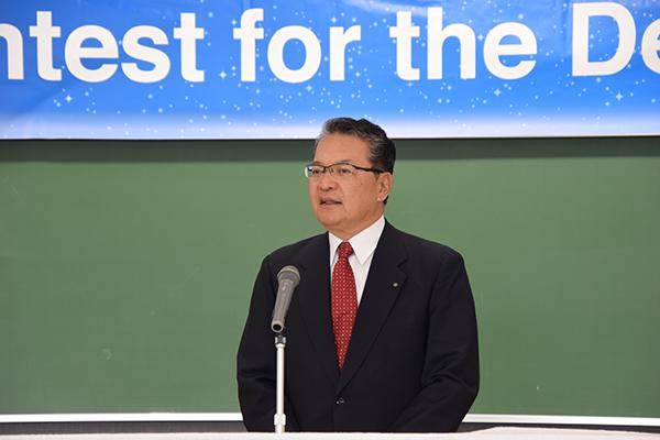 開会にあたり鶴学長が挨拶。「人前で英語を使ってスピーチする経験は大変貴重です。今日が皆さんにとって、将来に向けての良いきっかけになることを願っています」