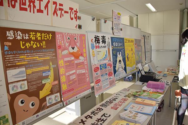 レッドリボンカフェではHIV感染予防の展示や血管年齢チェック、アルコールパッチテストが行われていました。