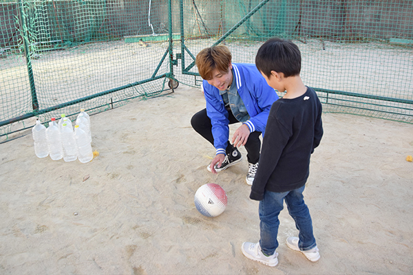 サッカーボウリングも子どもたちに大人気!見事ストライクを出した人には、お菓子をプレゼント。