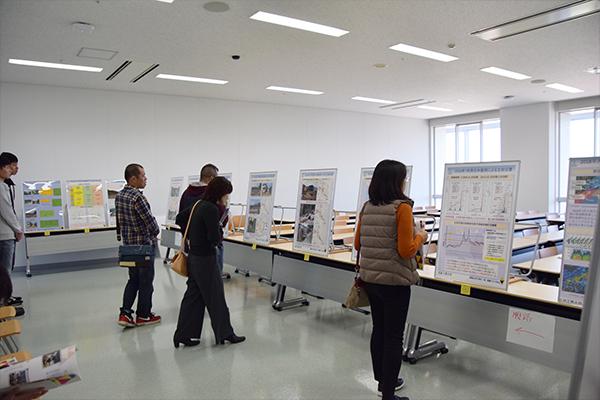環境土木工学科は、豪雨災害の被害を人命、交通、住宅、地域別など、いろんな視点でまとめて展示。