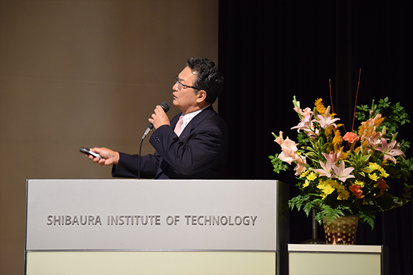 HIT教育2016の構造を説明する鶴学長。