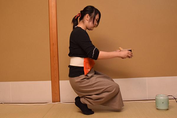 こちらもお点前役の学生。腰につけている袱紗(ふくさ)の位置が、他の流派は左側なのに対して、上田宗箇流は右側。刀を差していた名残で武家茶道の特徴だそう。