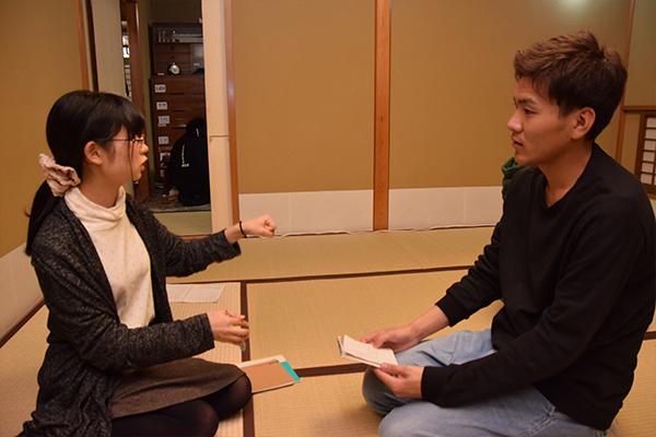 学生同士でも稽古で気づいたことを話し合い共有。