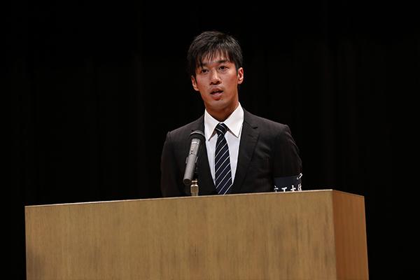 講演会に先立ち、体育会本部長の田中雄大さん(機械システム工学科4年)が挨拶。「世界を舞台に戦った狩野さんのお話から学び、部活動やサークル活動など、今後の学生生活に活かしてください」