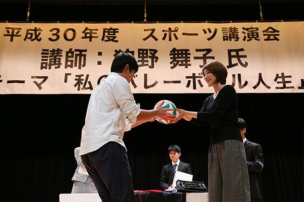 賞品は狩野さんから直接手渡されます。さらに握手も!当選者はきっと思い出に残る時間となったことでしょう。