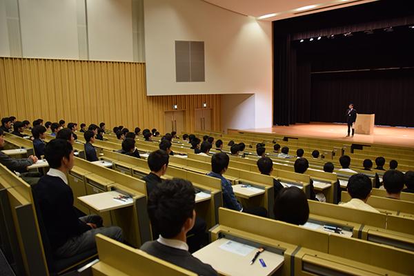 AO入試に合格した高校生が講義棟Nexus21 1階デネブホールに集まりました。みんな少し緊張した様子。
