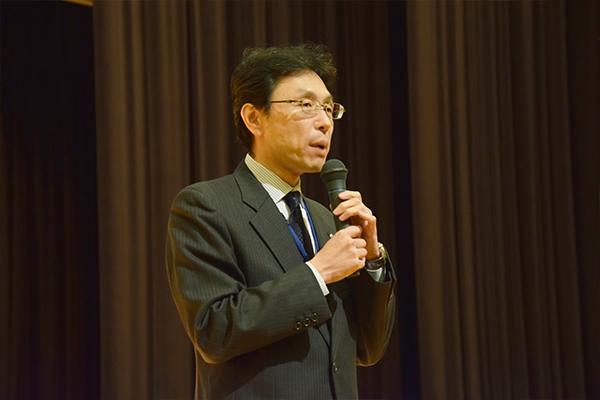 はじめに長坂康史副学長が挨拶。「高校までに学んだことをおさらいし、しっかり実力を蓄えておくと、入学後によいスタートが切れます」